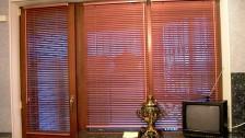 Горизонтальные деревянные жалюзи на пластиковые окна-25мм